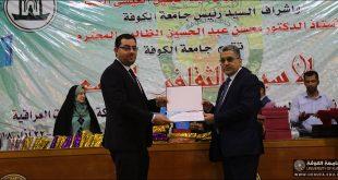 السيد رئيس جامعة الكوفة يكرم السيد عميد كلية الصيدلة على هامش فعاليات الاسبوع الثقافي التاسع للجامعة